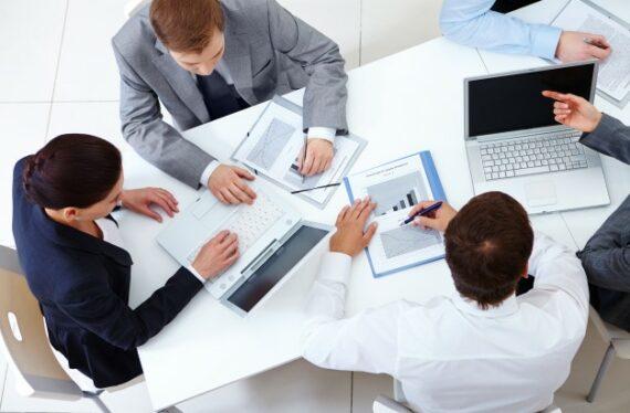 vista-superior-companeros-trabajo-planeando-estrategia_1098-2959